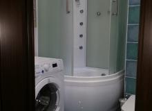 Душевая кабина в компактной ванной комнате