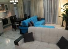 Гостиная зона с красивым диваном