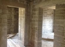 Подготовлены маяки для штукатурных работ цементно-песчаной смесью