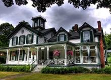Красивый двухэтажный загородный дом