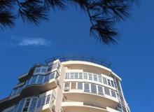 Скелет козырька на многоэтажке в Геленджике