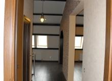 Коридор второго этажа, вид от двери