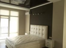 Спальная комната с красивой кроватью