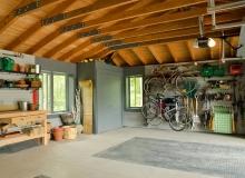 Простой интерьер гаража
