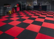 Плиточный резиновый пол в гараже